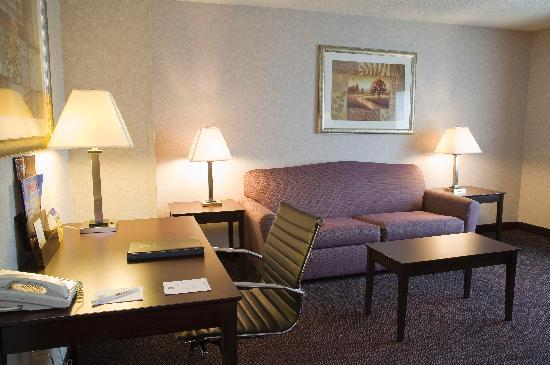 Baymont Inn & Suites Gurnee: in Room Working Space