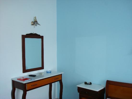 Villa Pavlina : cómoda y espejo