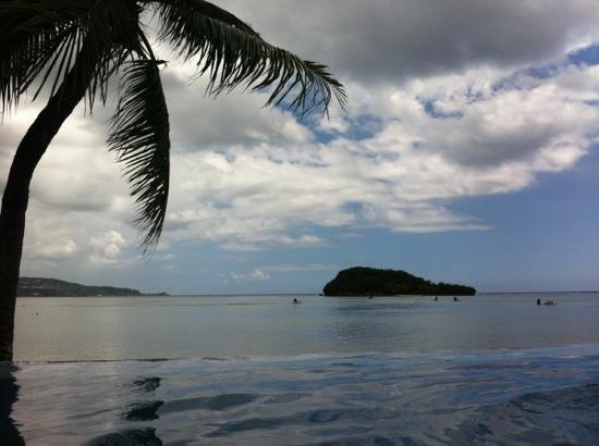 Hotel Santa Fe Guam: プールから眺める海