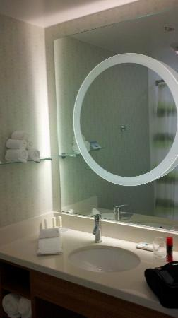 SpringHill Suites Houston The Woodlands: Well lit mirror, dressing area