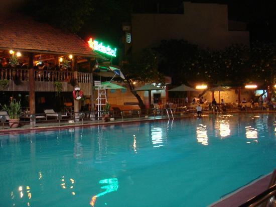 โรงแรมเฟิร์ส: プールサードのレストラン