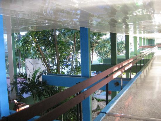 Islazul Pasacaballo Hotel: hallways are really outdoors - airy and bright
