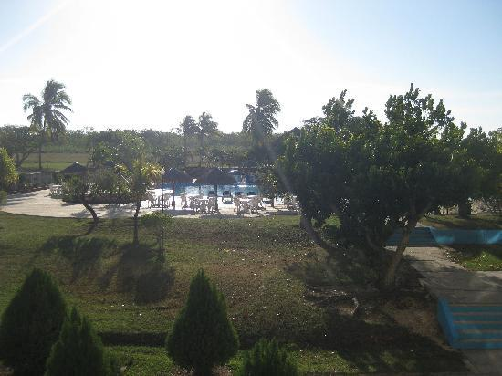 Islazul Pasacaballo Hotel: looking east from hotel to pool