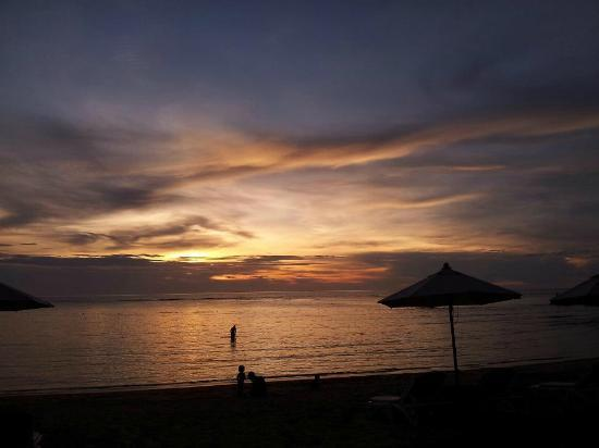 Mercure Koh Chang Hideaway Hotel: beach at sunset