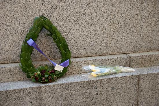The Cenotaph: Simple wreath on the Cenotath
