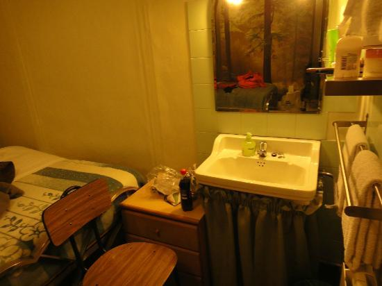 Pension Nevada: There's a sink in the room.. But clean~~