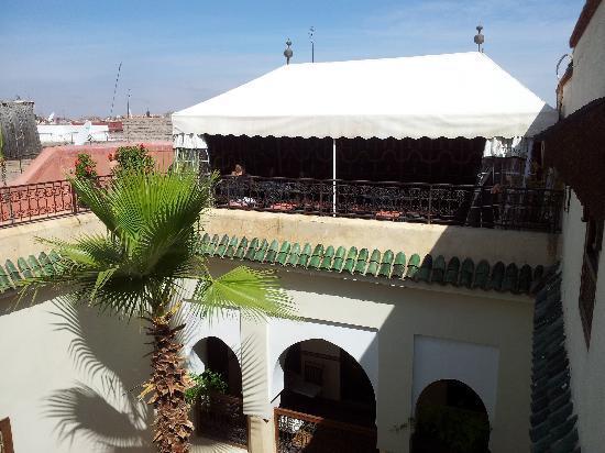 Riad Dar El Aila: le riad et sa partie supérieure où on peut se restaurer été comme hiver en fermant la bache