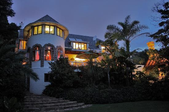 Northcliff Manor Guest House: Northcliff Manor at Dusk.