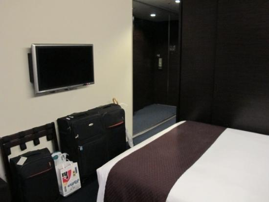 Mitsui Garden Hotel Ginza Premier: Small room (but can fit in luggages)