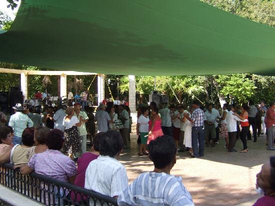 Zoological Park of Centenario ( Parque Zoologico del Centenario): Dancing to big band music