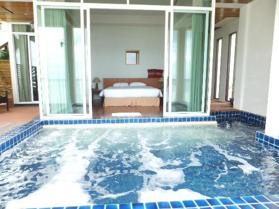 Samui Island Beach Resort and Hotel: View of the Jacuzzi and bedroom