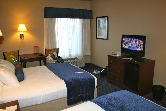 Best Western Plus Winslow Inn: Desk and TV set.