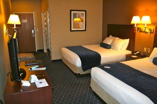 Best Western Plus Winslow Inn: Room and entrance.