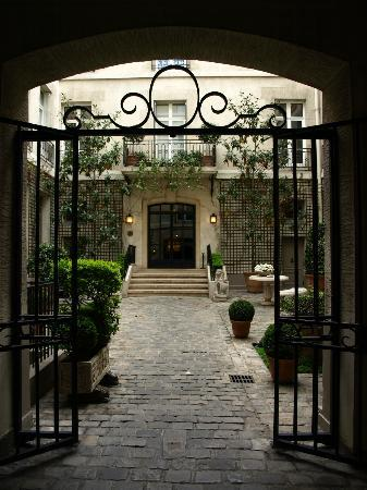 Relais Christine: Courtyard Entrance