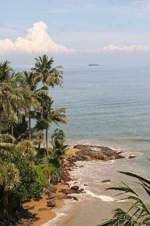 Mount Lavinia Hotel: The beach outside our window