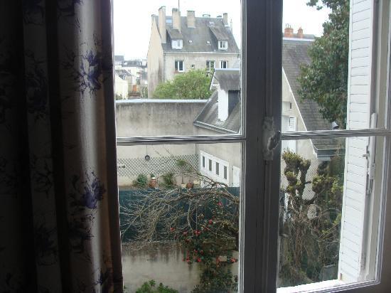 Hotel Mirabeau: Vista da janela do quarto (fundos)
