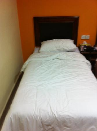 Embassy Hotel : one if the two beds nice linen