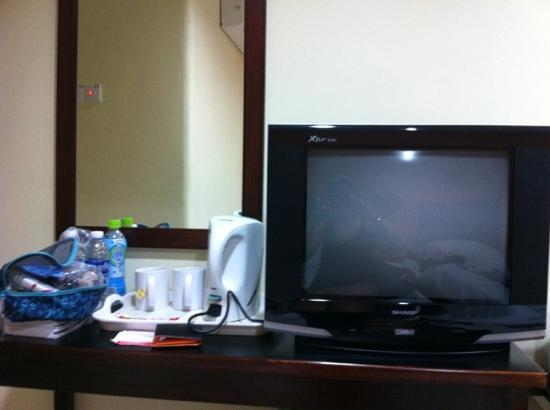 Embassy Hotel : tea and coffee and tv with hbo and other english channels