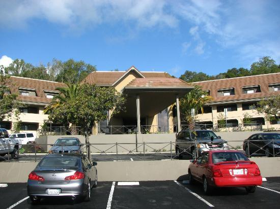 Best Western Plus Novato Oaks Inn: View of hotel from the street