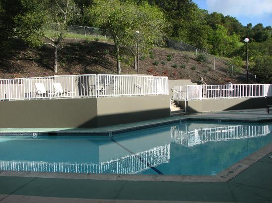 BEST WESTERN PLUS Novato Oaks Inn: Clean and inviting pool area. Ping pong table on upper deck