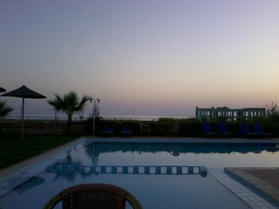 Kris Apartments: zwembad met zeezicht