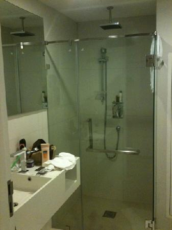 Marvin Suites: Studio bathroom