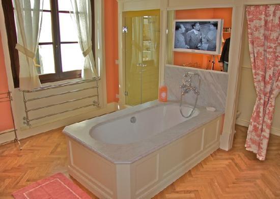 A Suite in Florence: Her bathroom Appartamento del Re