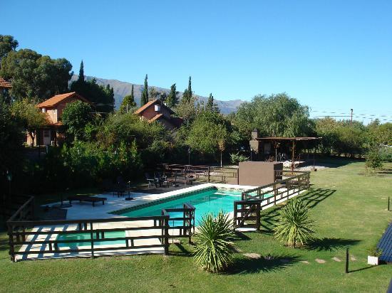 La Ludmila Apart Hotel: Vista a la piscina y sierra desde la habitacion