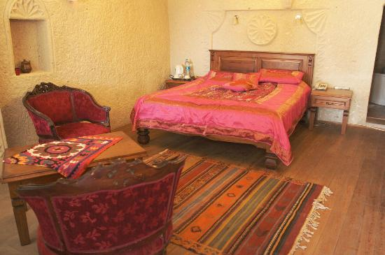 Vezir Cave Suites: cute pink room