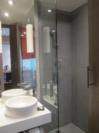 Mercure Hanoi La Gare Hotel: Glass Panel In The Bathroom