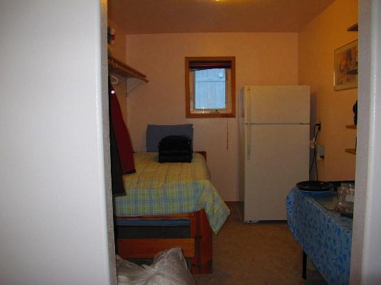 Denali Lakeview Inn: Twin bed in kitchenette