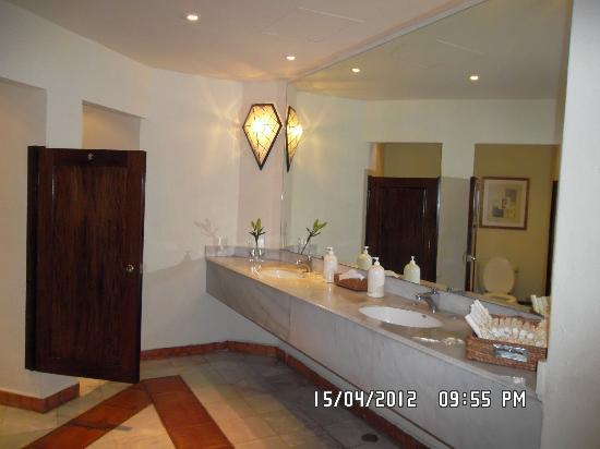 Casa Velas: Baños del Pasillo (super limpios siempre y muy modernos)