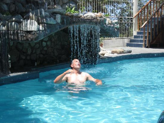 Diving Pelican Inn: even my husband is enjoying the pool