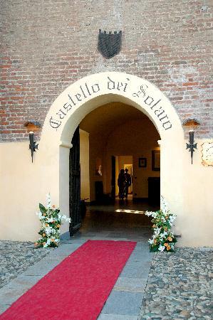 Villanova Solaro, Italia: Ingresso al castello dei Solaro dal ponte levatoio