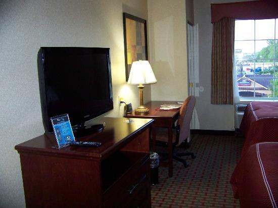 Quality Suites: Televison and Desk Area