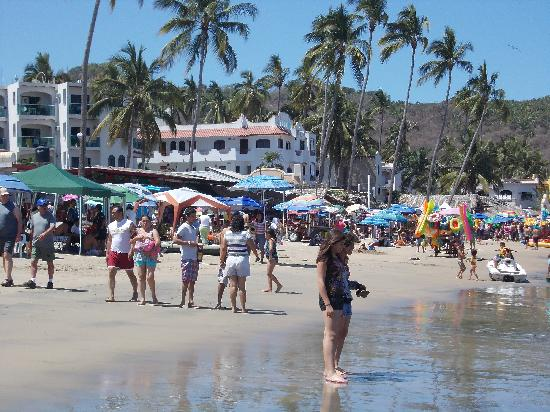 Nuevo Vallarta Beach : A very hot and fun April Monday.