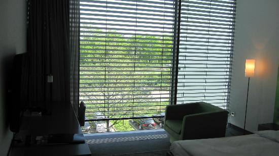 INNSIDE by Melia Munich Parkstadt Schwabing: Desk and blinds