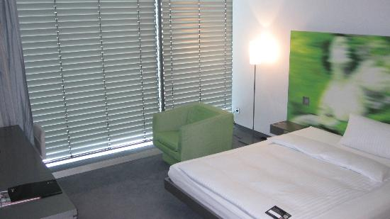 ‪‪INNSIDE by Meliá München Parkstadt Schwabing‬: Sitting chair and automated blinds‬