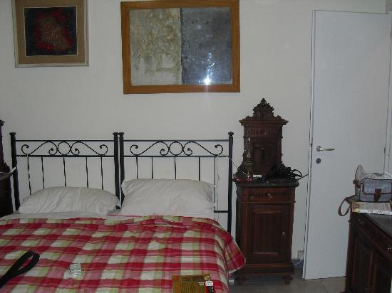 B&B Biancagiulia: The king size bed and locker