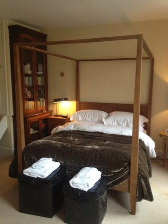 Belgrave House: Room three. four poster bed, en-suite bathroom and dressing room
