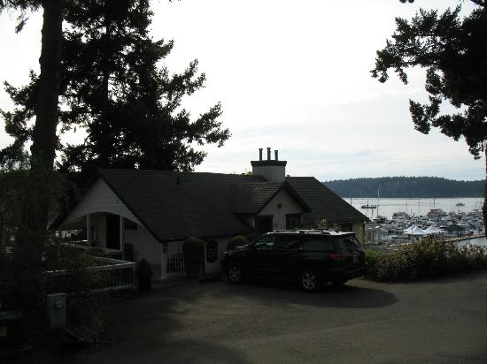 McMillin Suites at Roche Harbor Resort: Front door parking.