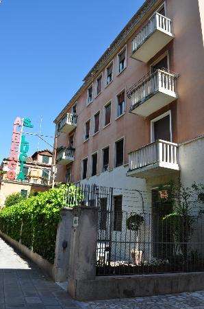 Hotel Santa Lucia: The front of the Albergo Santa Lucia