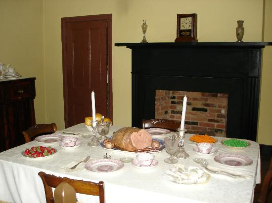 Surratt House Museum: Dining room in Surratt House.