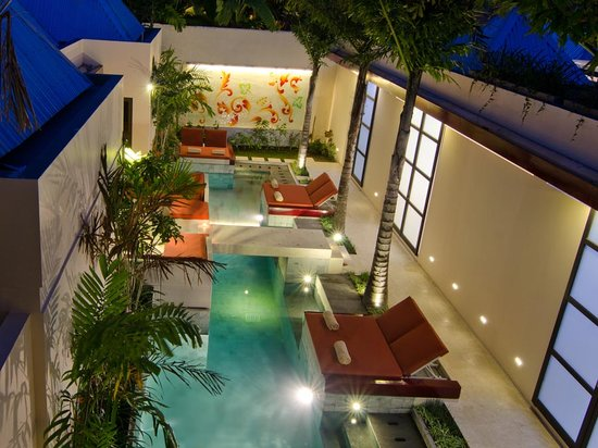Bali Ginger Suites & Villa: Ginger swimming pool and daybeds.