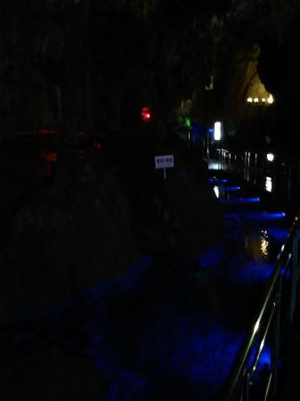 Hida Daishonyudo Cave : 変な色でライトアップされてるので、安っぽく見える。