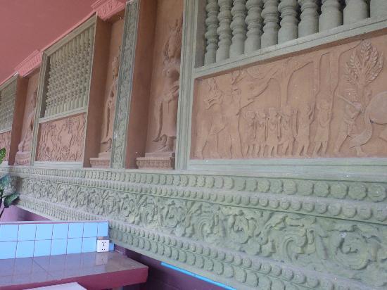 Angkor Spirit Palace: A wall on hotel walkway, Amasing!