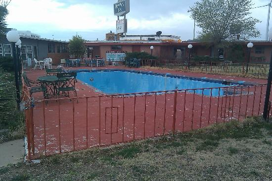 Pow Wow Inn: The pool area with no water