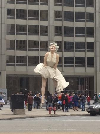 The Magnificent Mile: Marilyn Monro statue in front of Fidelity Building at Chicago River