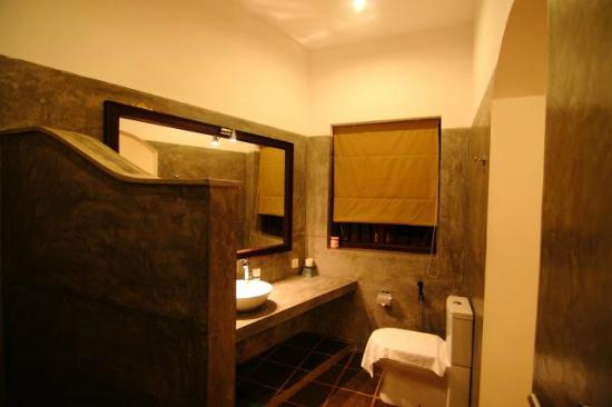 Kingfisher Hotel: Bathroom