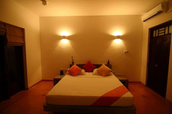 Kingfisher Hotel: Bedroom in the night